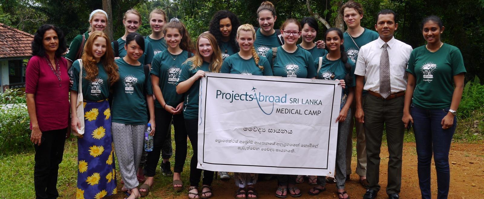 Internos de odontología en Sri Lanka junto al personal local en un campamento médico.